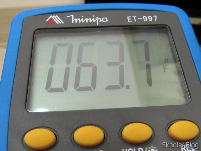 Medição do capacitor C221 com o multímetro Minipa ET-997.