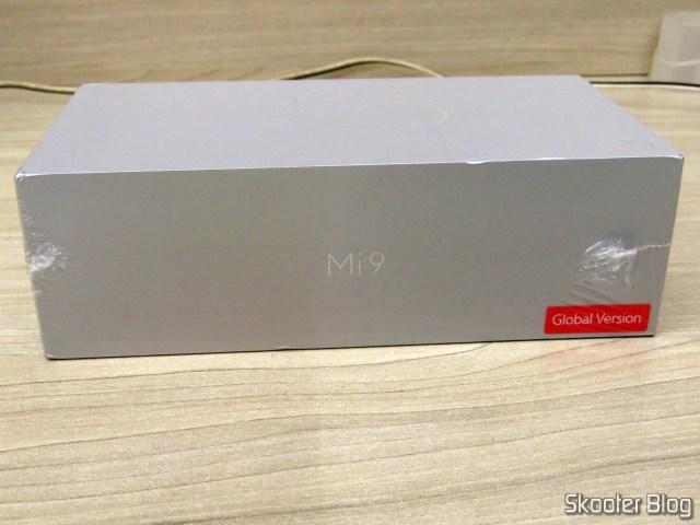 Smartphone Xiaomi Mi 9 6GB RAM 128GB ROM Global Version, on its packaging.
