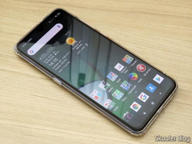 O Xiaomi Mi 9, com a película da Nillkin aplicada, em funcionamento.