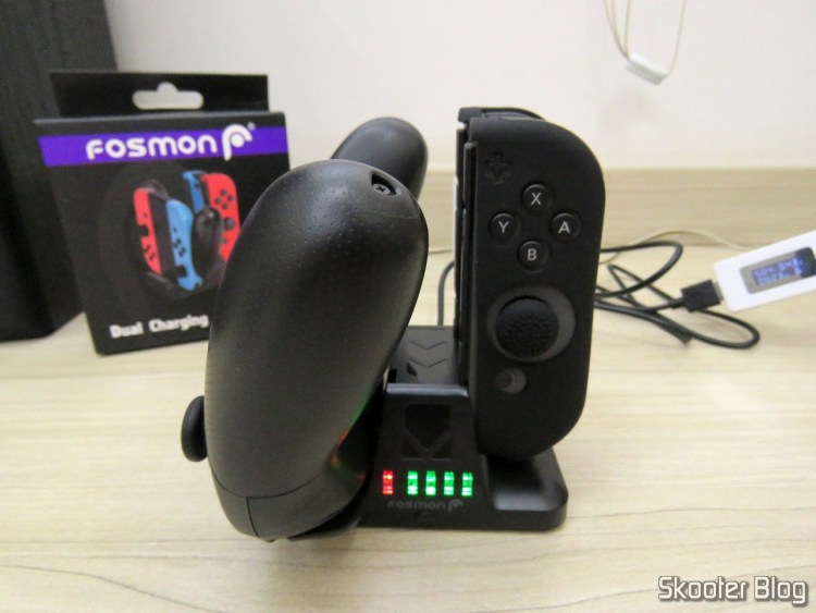 Fosmon Joy-Con and Pro Controller Charging Dock, 2-in-1, operating at 2 joy-cons e um Nintendo Switch Pro Controller.