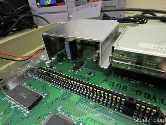 Super Nintendo Original NTSC PCB SHVC-CPU-01 CPU/PPU1/PPU2 1/1/1 por dentro: capacitor grande presente.