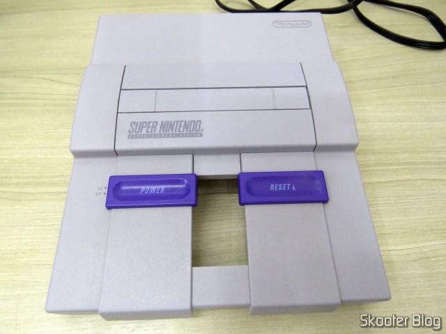 Parte de cima do Super Nintendo, após a limpeza.