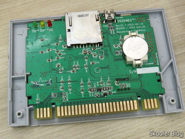A placa do SD2SNES, Rev. E1, já com a bateria trocada.