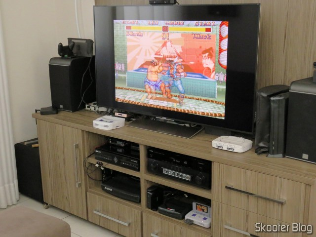 Cartucho do Super Street Fighter II: The New Challengers, being tested.