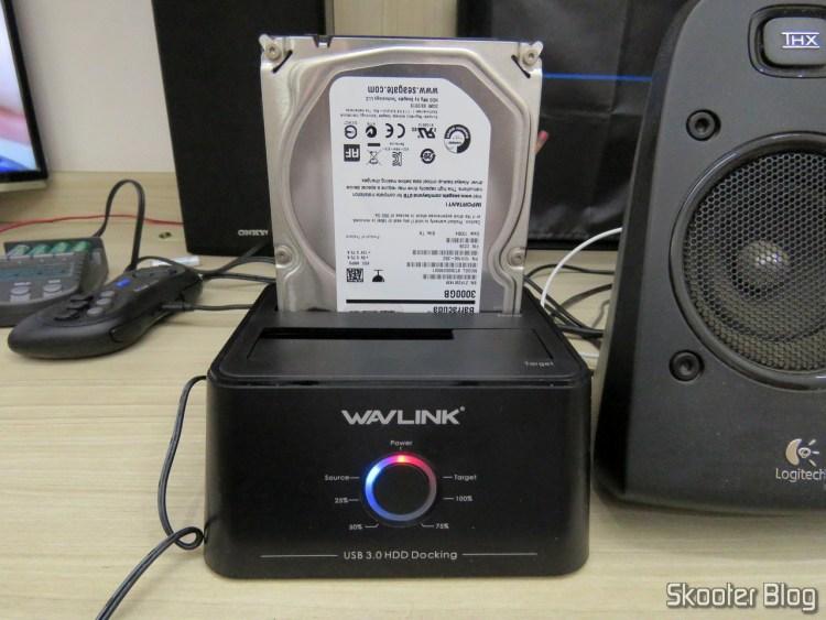 """Wavlink USB 3.0 Dual Bay Docking Station com HDD de 3.5"""", em funcionamento."""