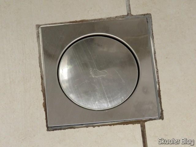 Ralo Inteligente Click Banheiro 15x15 cm Inox c/ Veda Cheiro.Ralo Inteligente Click Banheiro 15x15 cm Inox c/ Veda Cheiro, instalado.