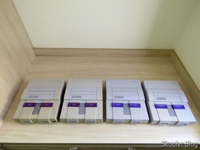 Meu Super Nintendo de infância que foi destruído pelo Correios, o Super Nintendo 2/1/3 que eu adquiri anteriormente, o Super Nintendo 1/1/1 que também adquiri anteriormente, e o novo Super Nintendo.