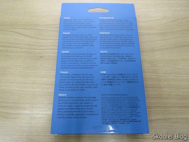 Capa de tecido resistente à água para Kindle Paperwhite (10ª Geração), em sua embalagem.