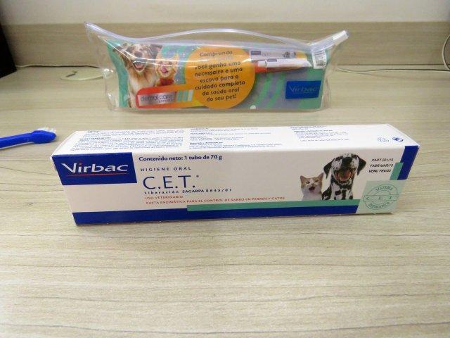 Pasta Dental Enzimática C.E.T Virbac para cães e gatos - 70g, acompanhada da escova e da necessaire.