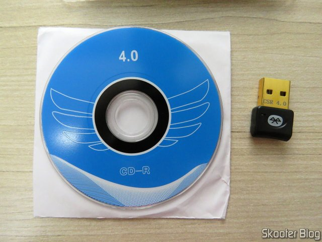 Mini Adaptador Bluetooth CSR 4.0 Dongle, e mini CD com drivers e softwares.