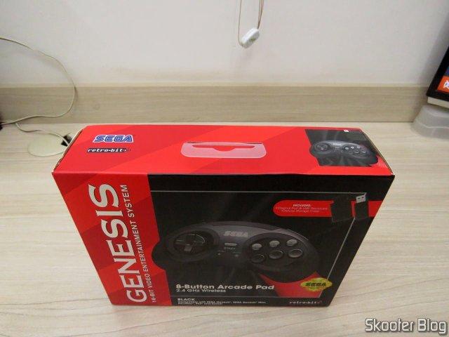 Controlador de Mega Drive Retro-Bit Sem Fio Arcade Pad 2.4 GHz, em sua embalagem.