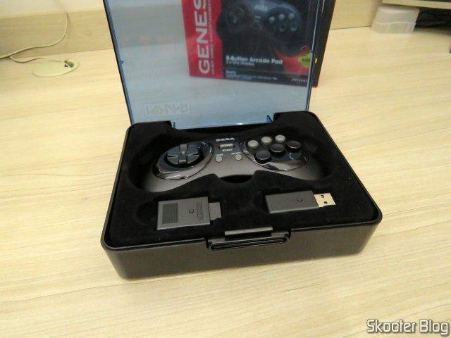 Controlador de Mega Drive Retro-Bit Sem Fio Arcade Pad 2.4 GHz, no estojo que o acompanha.