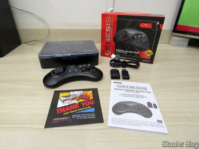 Controlador de Mega Drive Retro-Bit Sem Fio Arcade Pad 2.4 GHz, com seu estojo e acessórios.