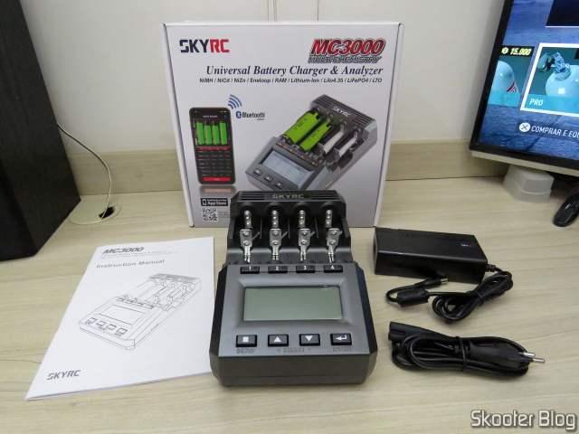 Carregador de Baterias Inteligente SKYRC MC3000, com embalagem e acessórios.