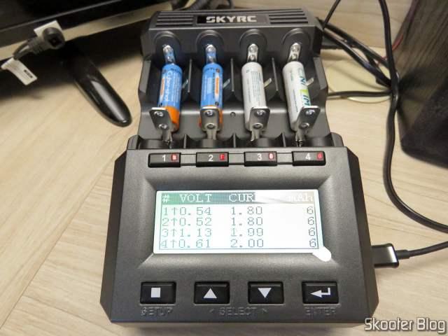 Carregador de Baterias Inteligente SKYRC MC3000, em funcionamento.