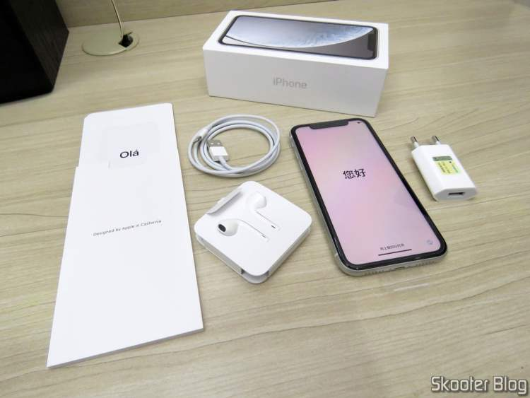 Apple iPhone XR 64GB White 4G and its accessories.