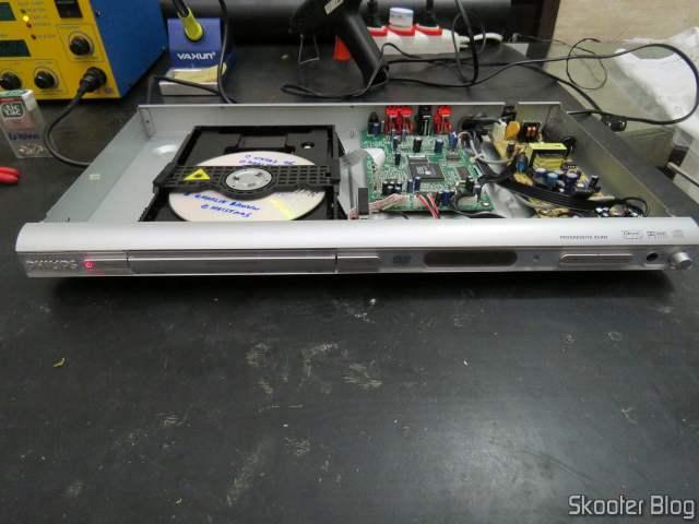 """Teste do DVD Player Philips DVP642K/78 já consertado, ainda na minha """"bancada"""" improvisada."""