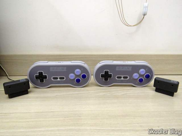 Os dois Controladores 8BitDo SN30.