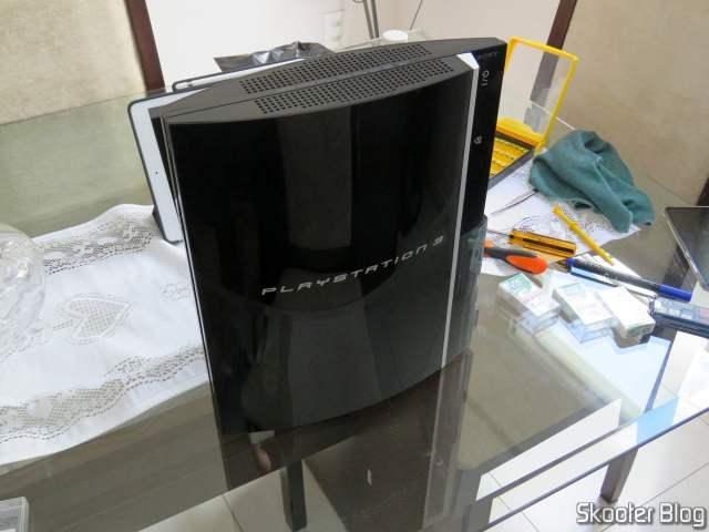 Fechando o PlayStation 3 após substituir a pasta térmica.