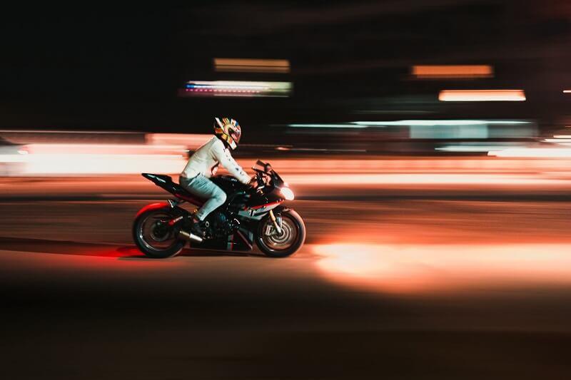 Cómo poner correctamente una calcomanía de calavera en su casco de motocicleta 122
