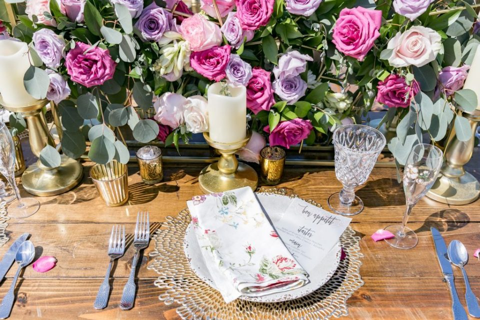 table setting pink, flowers with plate and cups