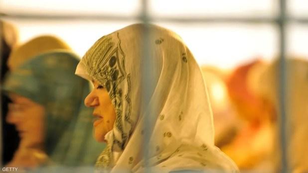 نسوة بوسينات يؤدين صلاة التراويح في المسجد