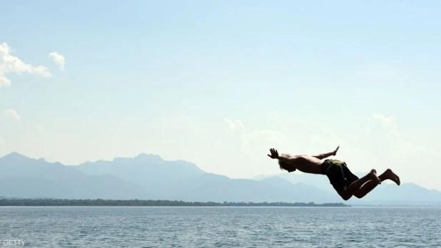 يقفز في بحيرة تشيمسي وسط مقاطعة بافاريا الألمانية