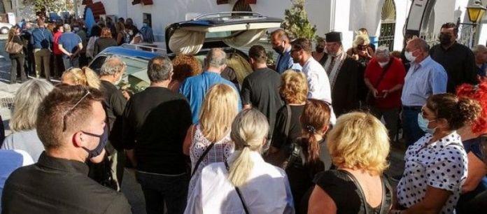 Ανείπωτος θρήνος στην κηδεία της Δώρας, με δάκρυα στα μάτια  την αποχαιρέτησαν συγγενείς και φίλοι