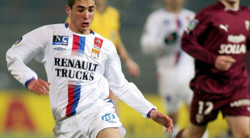 Picture number: 01474848 Date: January 15, 2005 Copyright: imago / PanoramiC Karim Benzema (Lyon) on the ball;  Vdig, high, Ligue Une 2004/2005, 1st French League, Olympique Lyonnais, OL Lyon pan8038 Dynamics, Football Men's Team France Single Image Action People