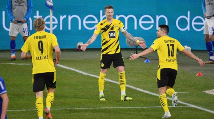 1. BUNDESLIGA FC SCHALKE 04 - BORUSSIA DORTMUND jubilation BVB, from left, Erling Haaland Borussia Dortmund, Marco Reus Borussia Dortmund, Raphael Guerreiro Borussia Dortmund 20.02.2021, football GER, season 2020 2021, 1st Bundesliga, 22nd matchday, FC Schalke 04 - Borussia Dortmund, Photo: Maik Hölter / TEAM2sportphoto / Pool *** DFL regulations prohibit any use of photographs as image sequences and / or quasi-video. *** EDITORIAL USE ONLY Gelsenkirchen North Rhine Westphalia Germany *** 1 BUNDESLIGA FC SCHALKE 04 BORUSSIA DORTMUND jubilation BVB, v li, Erling Haaland Borussia Dortmund, Marco Reus Borussia Dortmund, Raphael Guerreiro Borussia Dortmund 20 02 2021, football GER, season 2020 2021, 1 Bundesliga, 22 match day, FC Schalke 04 Borussia Dortmund, photo Maik Hölter TEAM2sportphoto Pool DFL regulations prohibit any use of photographs as image sequences and or quasi video EDITORIAL USE ONLY Gelsenkirchen Nordrhein Westfalen Germany Poolfoto Maik Hölter / TEAM2sportphoto, EDITORIAL USE ONLY