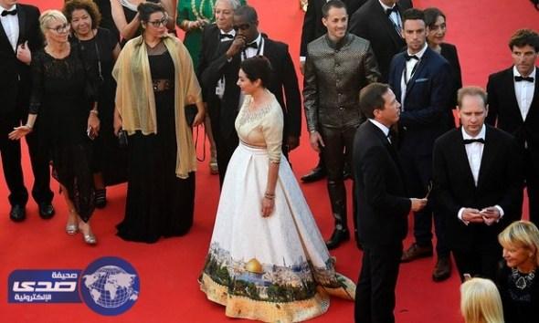 وزيرة إسرائيلية تضع صورة الاقصى والقدس اسفل فستانها