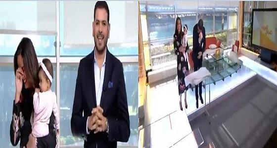 بالفيديو.. مذيع صباح العربية يمسك يد زميلته على الهواء ورد فعل صادم للأخيرة