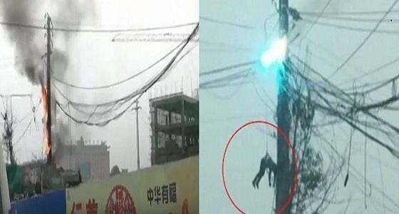 بالفيديو.. انفجار كابلات أبراج الضغط العالي في عامل أثناء إصلاحها