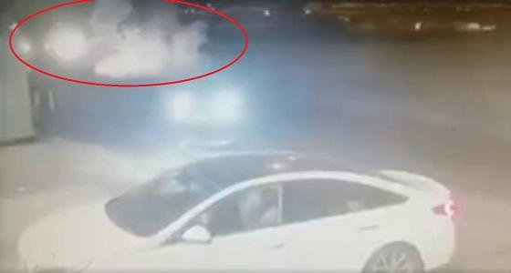 بالفيديو.. سقوط سيارة من جسر طريق الأمير فواز بجدة