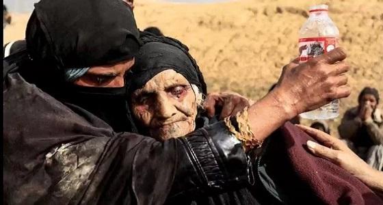 مسنة عراقية يخيم عليها الدهشة بعد نجاتها من القصف الداعشي