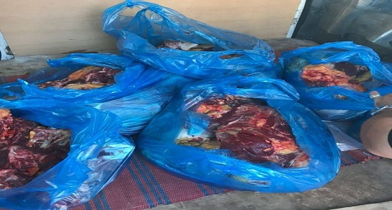 بالصور.. بلدية محايل تضبط وافدا حاول توزيع لحوم مجهولة وشقة لإعداد الأطعمة