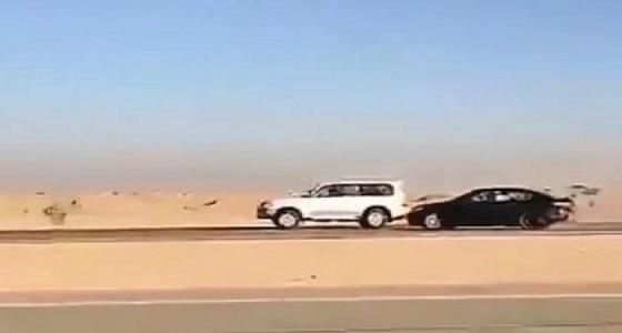 بالفيديو .. مفحط  يسبب حادث جماعي لـ3 مركبات ويهرب