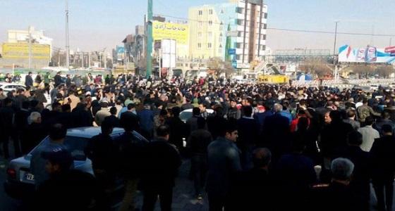 بالفيديو.. المتظاهرون يقلبون سيارة أمن بإيران