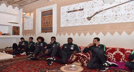 بالصور.. إدارة الأخضر تقيم مأدبة عشاء بأحد مطاعم الرياض