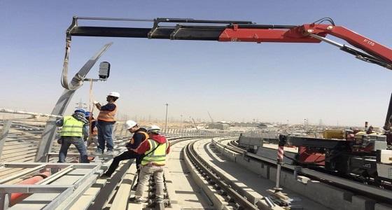 بالصور.. تركيب اشارات المرور الخاصة للقطارات على المسار البرتقالي لمترو الرياض