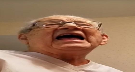 بالفيديو.. رد فعل طريف لمسن اكتشف أن عمره اقترب من المائة