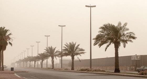 حالة من الأتربة المثارة والرياح السطحية تضرب الرياض