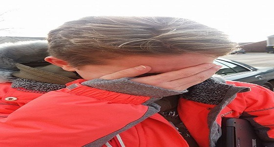 بالصور.. أب يقص شعر ابنته لسبب غريب