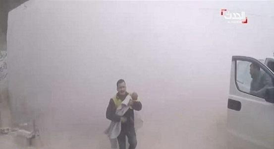 ردة فعل غير متوقعة من مسعف سوري عثر على طفله تحت الركام