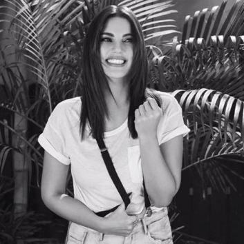"""ابتسامة درة بـ """" الأبيض والأسود """" تسحر متابعيها"""
