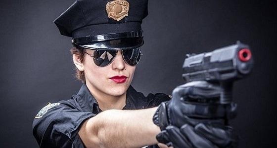 إقالة شرطية من عملها بسبب ماضيها