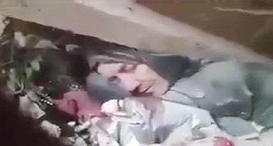 """بالفيديو.. سوري يكتفي بـ """" سامحيني يا أمي """" للتعبير عن معاناة شعبه"""