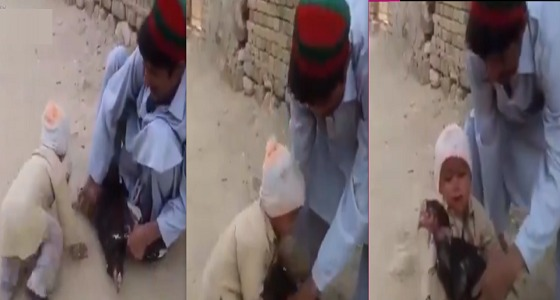 """بالفيديو..طفل ينقذ """" ديكًا """" من الذبح"""