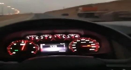 بالفيديو.. سائق متهور يتجاوز السرعة على طريق سريع رغم وجود دورية مرور
