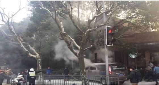 بالصور..شاحنة مشتعلة تصدم المارة في الشارع وسقوط 18 جريحًا بالصين